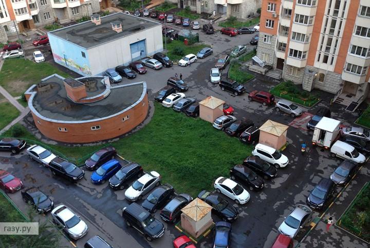 Парковка во дворе дома в Москве